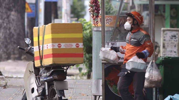 Few eateries open in HCM City despite takeaway services resuming