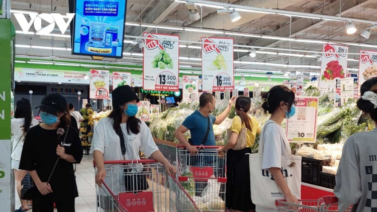 Crowded supermarkets in Hanoi a challenge to safe social distancing