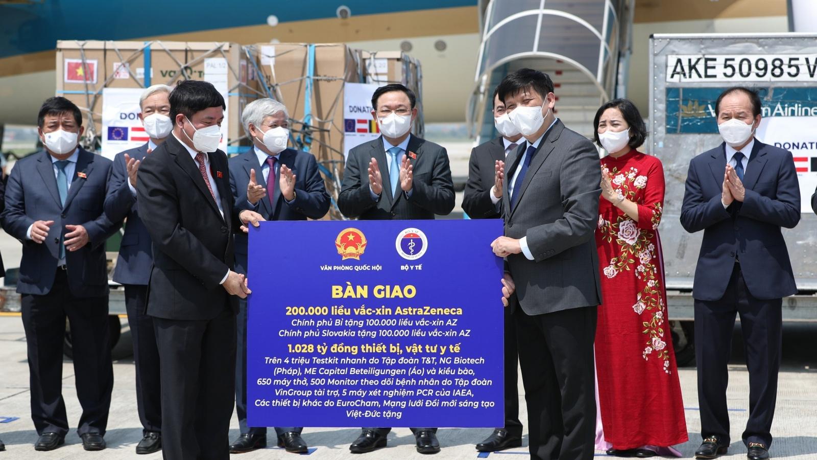 Chủ tịch Quốc hội chứng kiến lễ bàn giao vaccine ngay sau khi tới sân bay Nội Bài