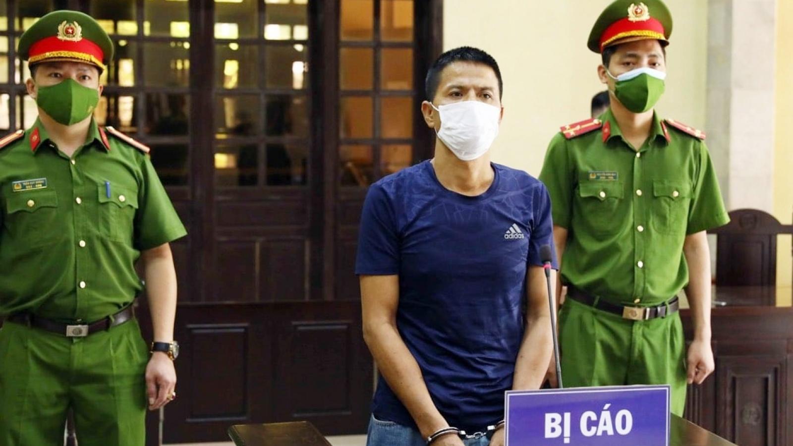Bị phạt 33 tháng tù vì cầm gạch dọa, bóp cổ lực lượng chức năng