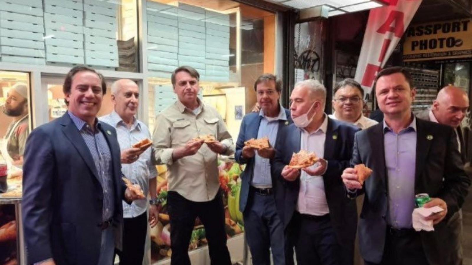 Tổng thống Brazil ăn pizza trên vỉa hè New York