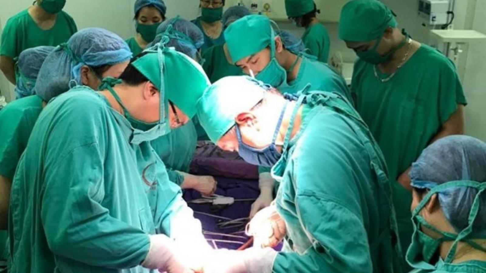 Mổ lấy thai nhi cho sản phụ viêm phổi nặng mắc COVID-19