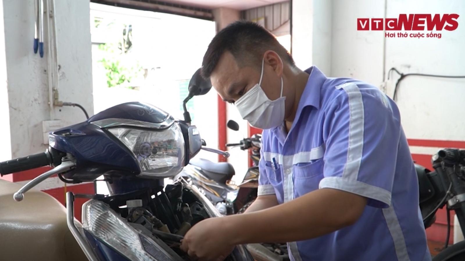 Video: Ô tô, xe máy xếp kín cửa hàng chờ sửa sau 2 tháng giãn cách