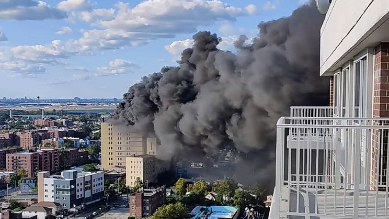 Cháy bệnh viện St. John tại New York (Mỹ) tạo ra cột khói đen cao hàng trăm mét