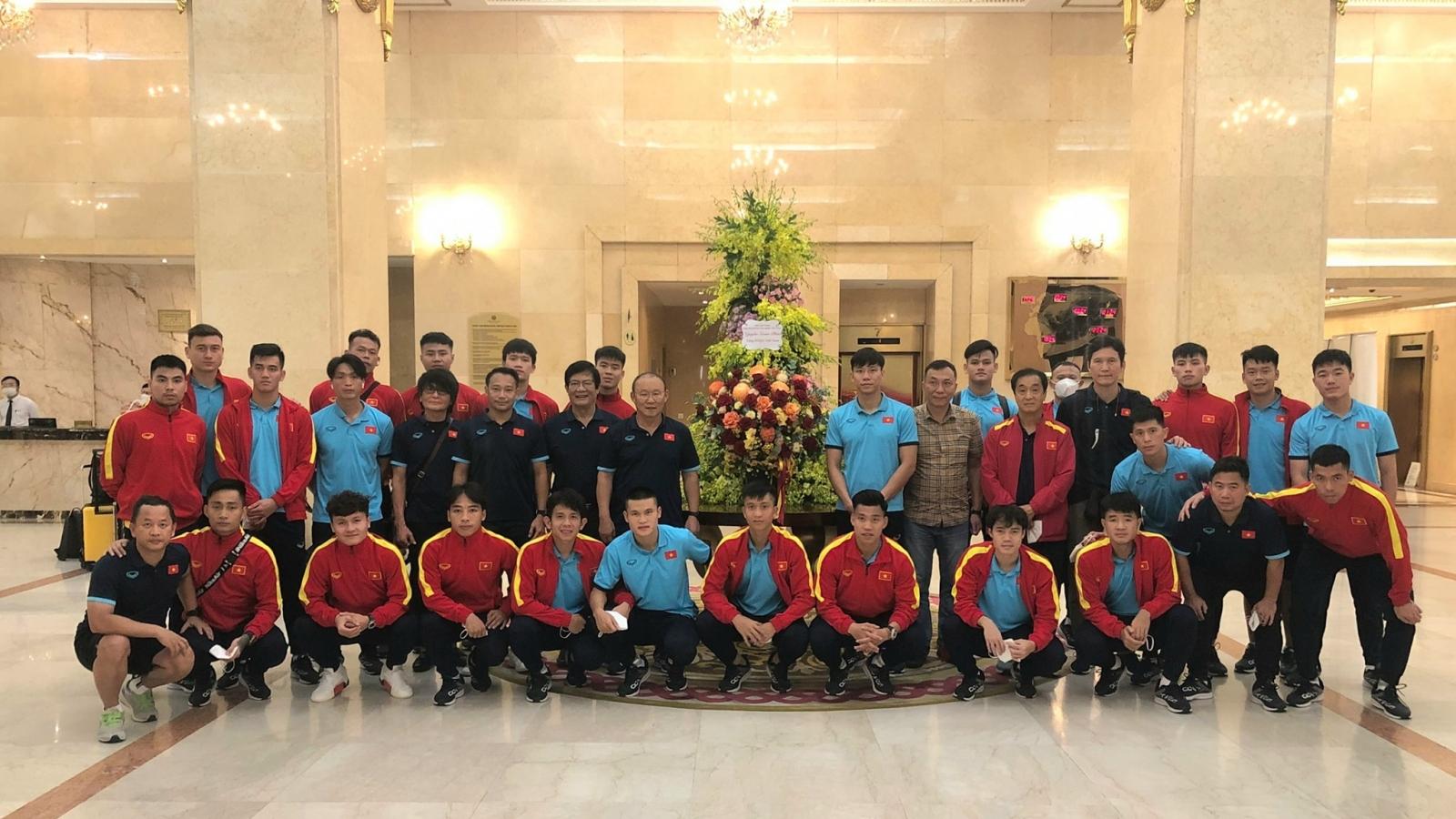 Chủ tịch nước Nguyễn Xuân Phúc gửi hoa và động viên ĐT Việt Nam