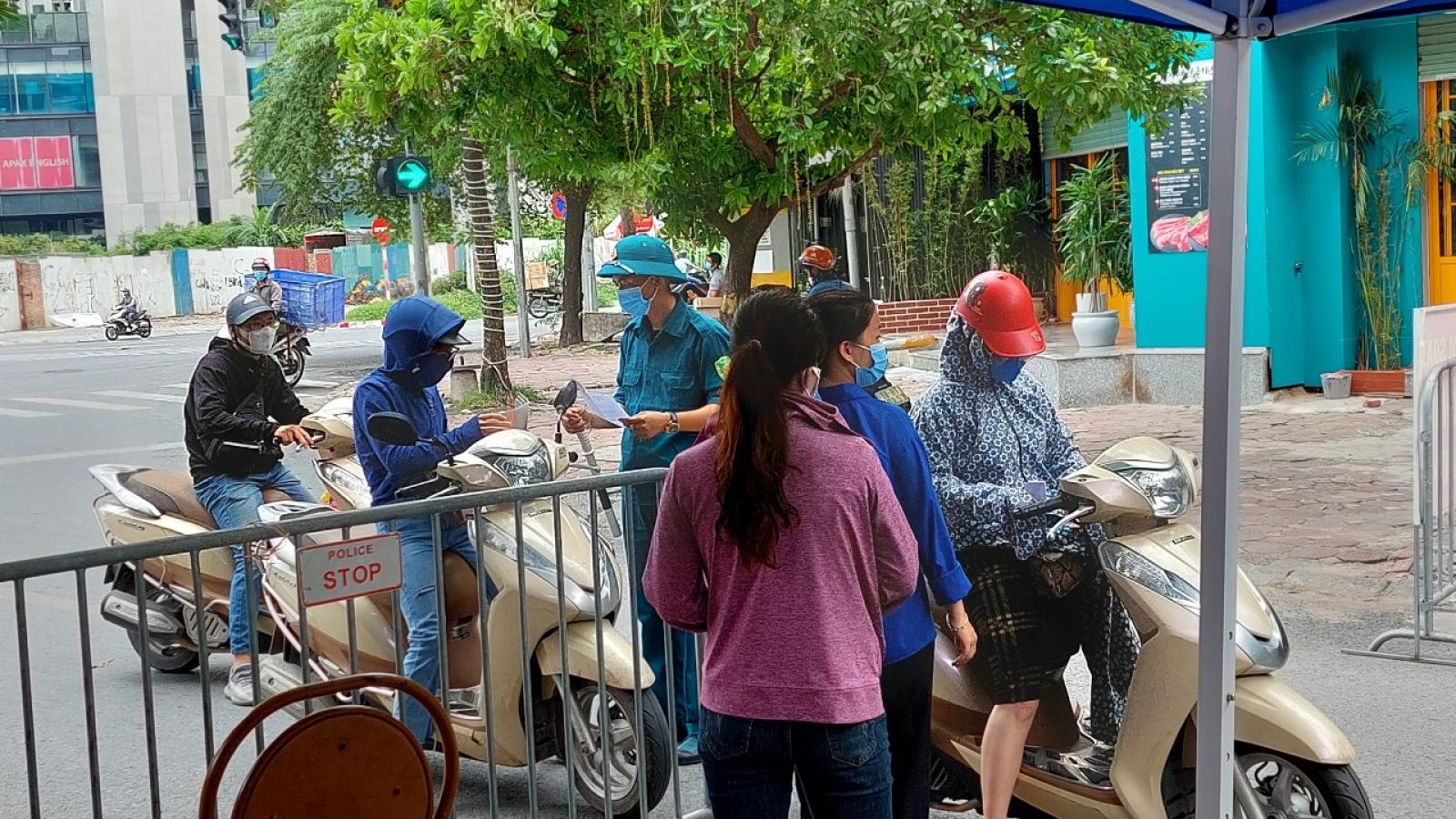 Đường phố vẫn đông người, Hà Nội siết chặt kiểm soát