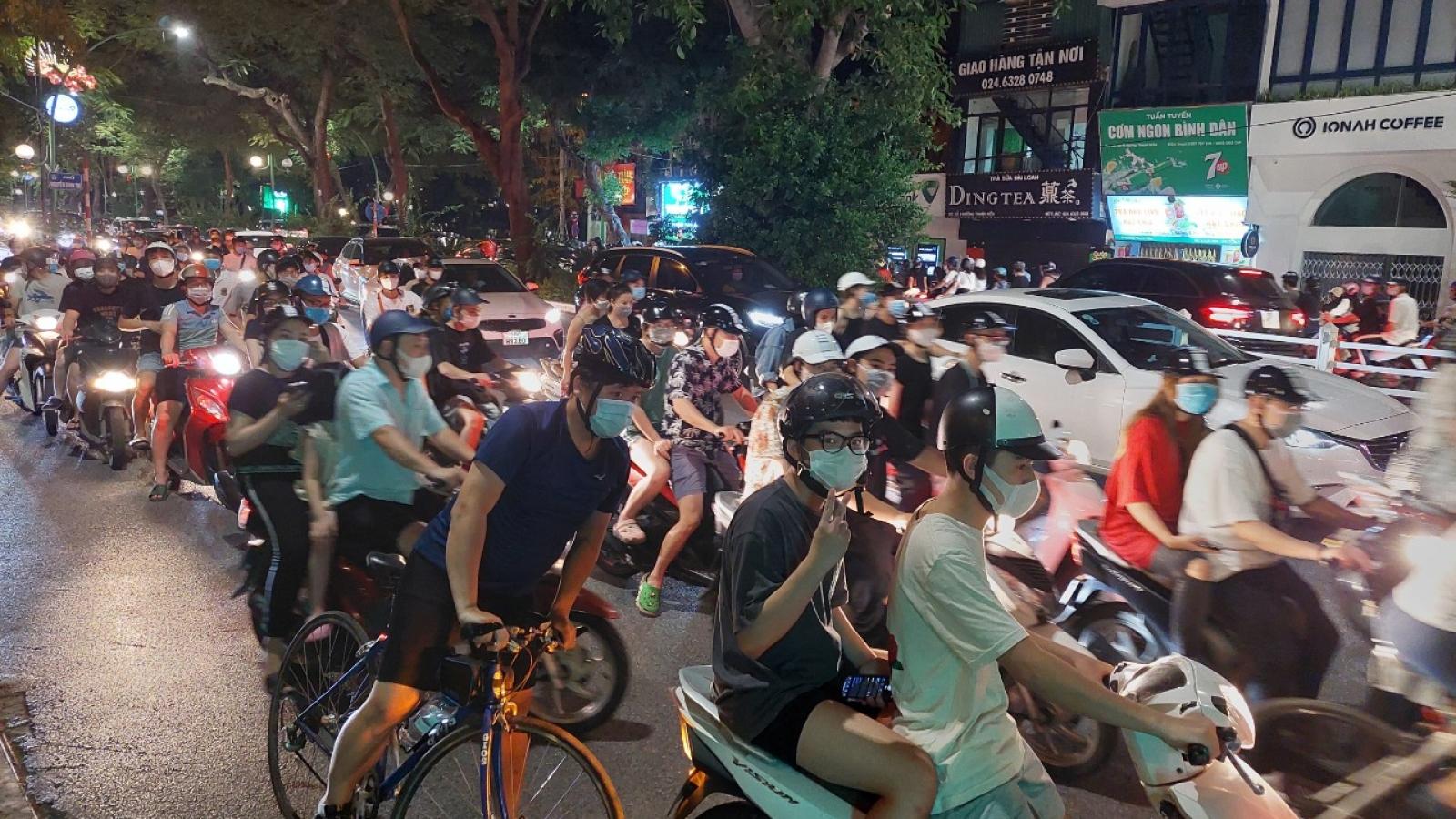 Người dân đổ ra đường đêm Trung thu bất chấp dịch Covid-19
