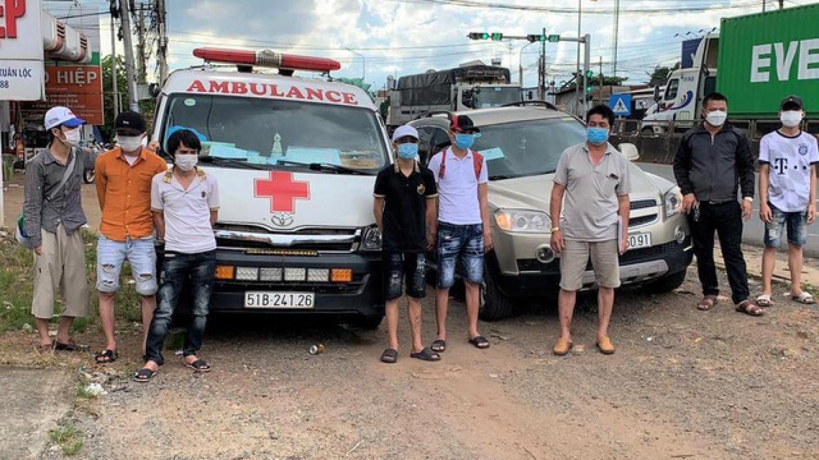 Lợi dụng xe cấp cứu đưa 6 người qua chốt kiểm dịch tại Đồng Nai