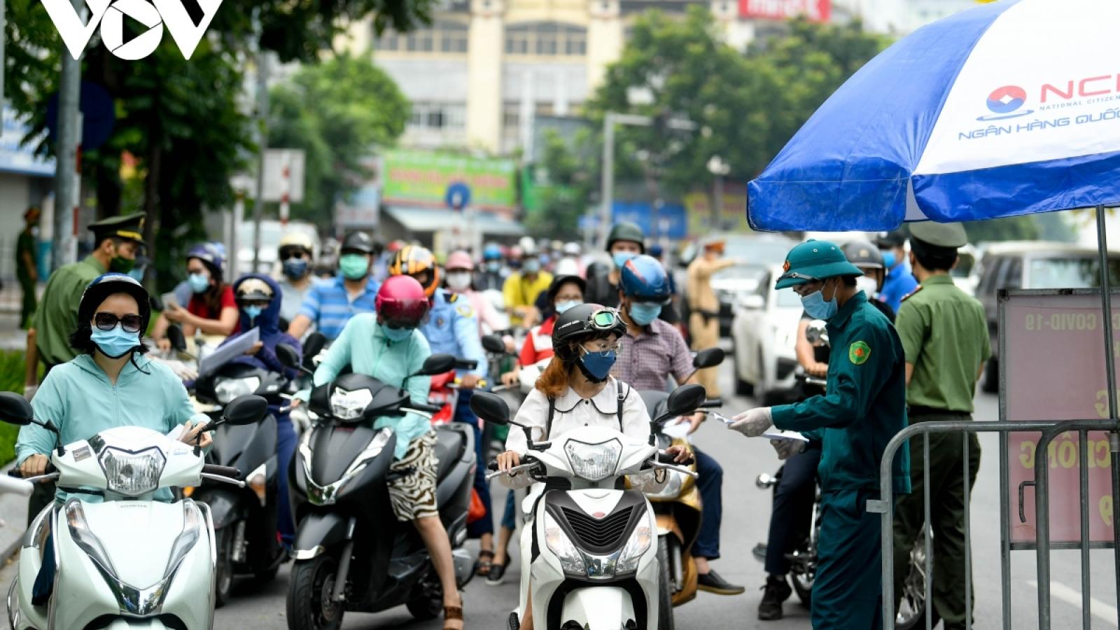 Thủ tướng yêu cầu Hà Nội điều chỉnh bất cập trong cấp giấy đi đường