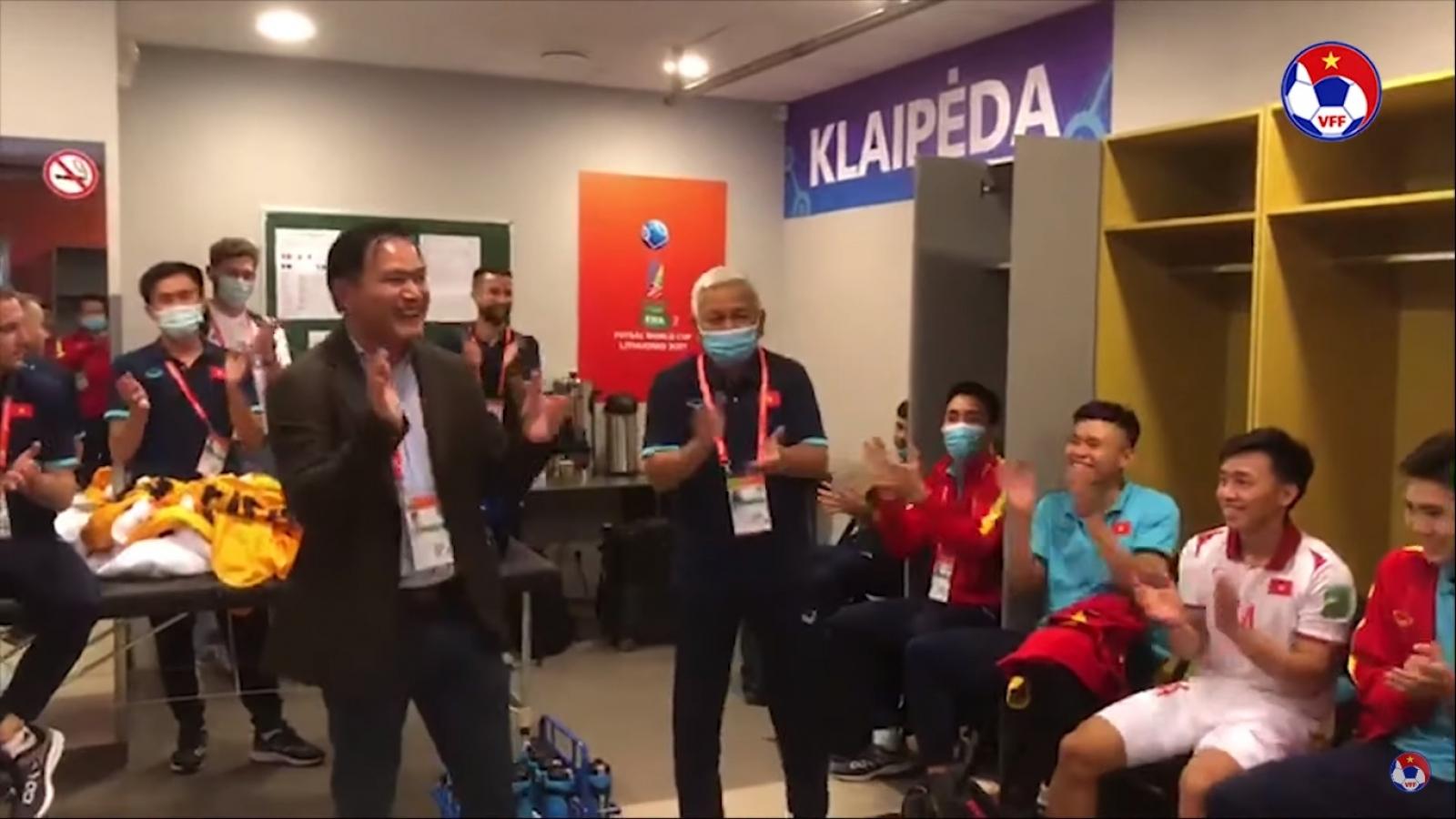 """ĐT Futsal Việt Nam """"quẩy tưng bừng"""" trong phòng thay đồ sau trận thắng Panama"""