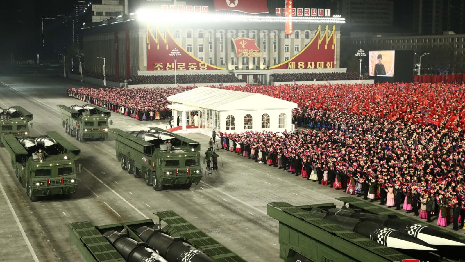 Triều Tiên duyệt binh trong đêm, tên lửa đạn đạo không xuất hiện