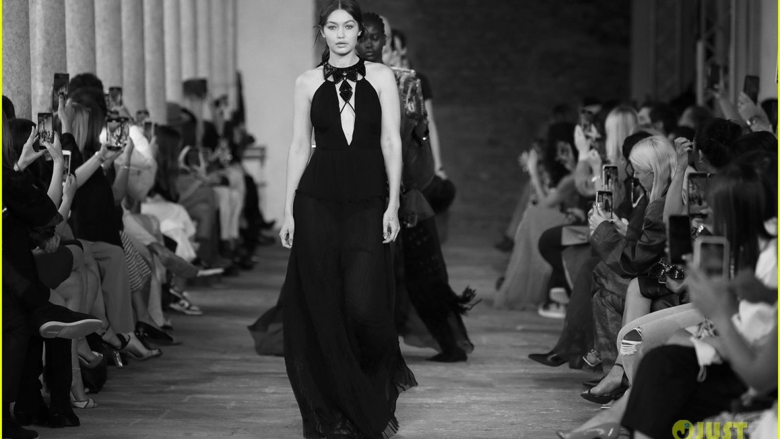 """""""Gái một con"""" Gigi Hadid tái xuất trên sàn catwalk của Tuần lễ thời trang Milan"""