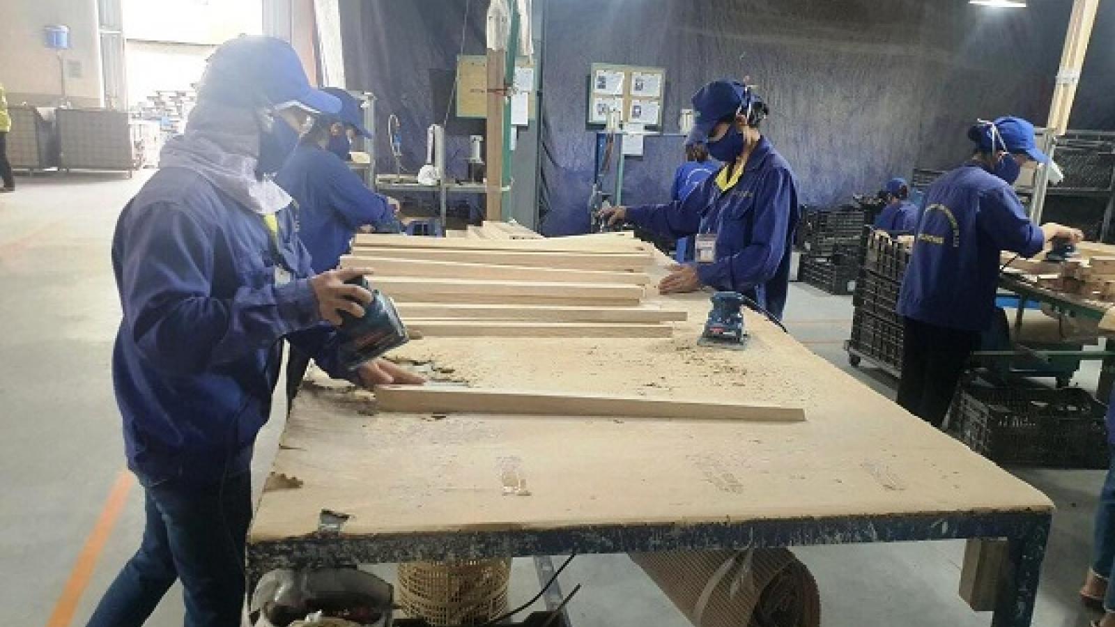 """Làng nghề gỗ """"bí"""" cả đầu ra lẫn đầu vào vì Covid-19"""