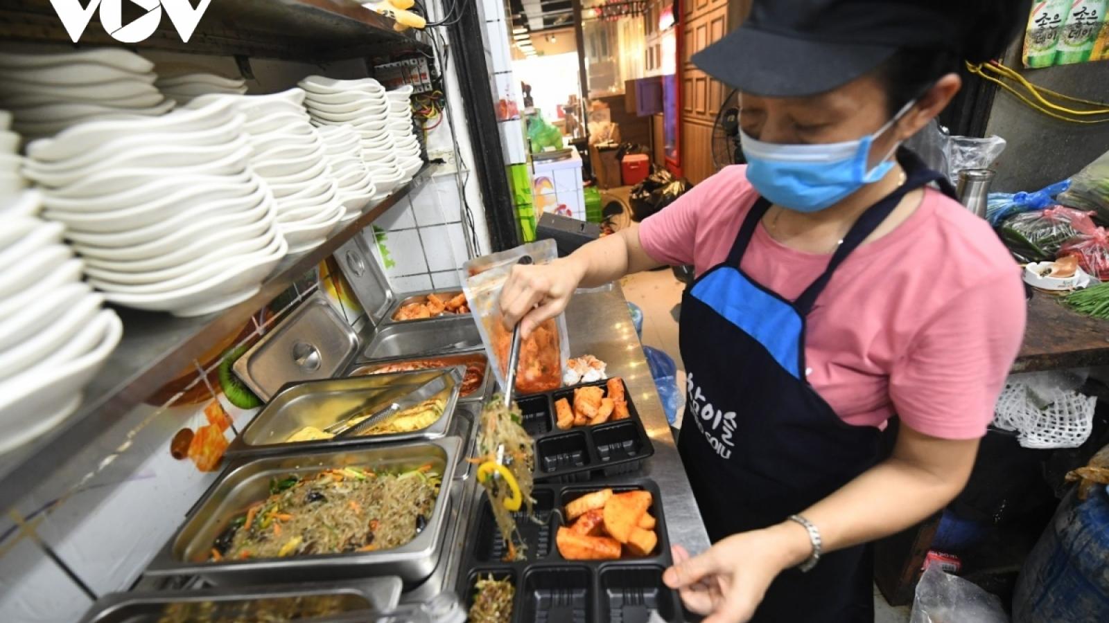 Nhiều hoạt động dịch vụ ở Hà Nội được mở lại - người dân không được chủ quan