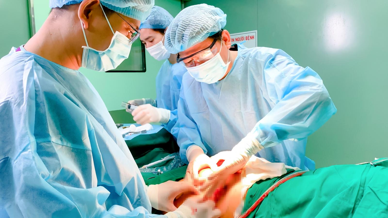 Một phụ nữ ở TP.HCM bị hoại tử mông do tiêm chất làm đầy