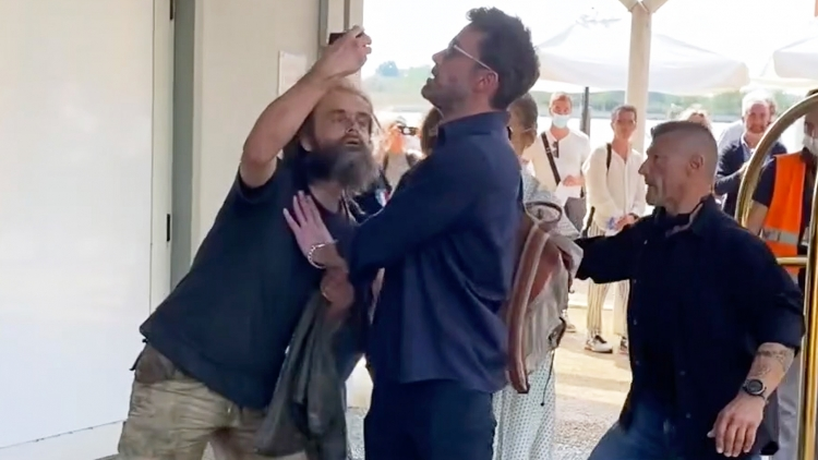 Ben Affleck gặp sự cố bất ngờ với người hâm mộ tại sân bay