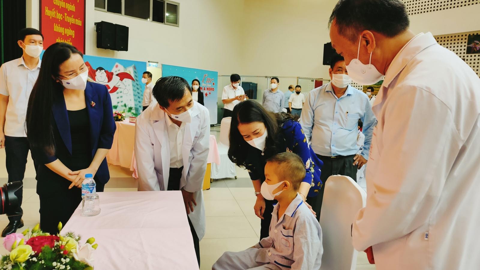 Phó Chủ tịch nước Võ Thị Ánh Xuân tặng quà bệnh nhi ung thư