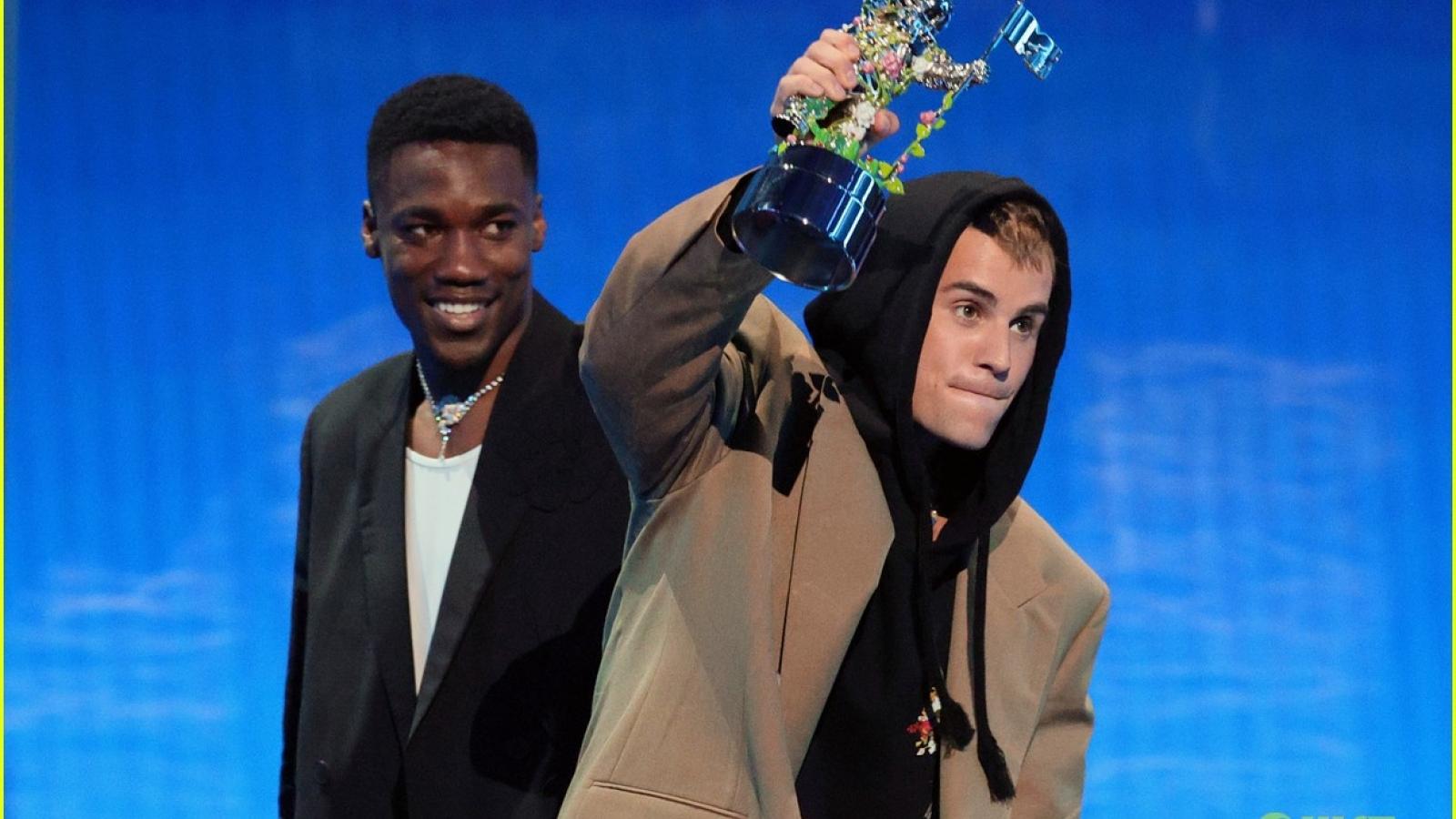Justin Bieber diện đồ oversized ấn tượng tại Lễ trao giải MTV VMAs 2021