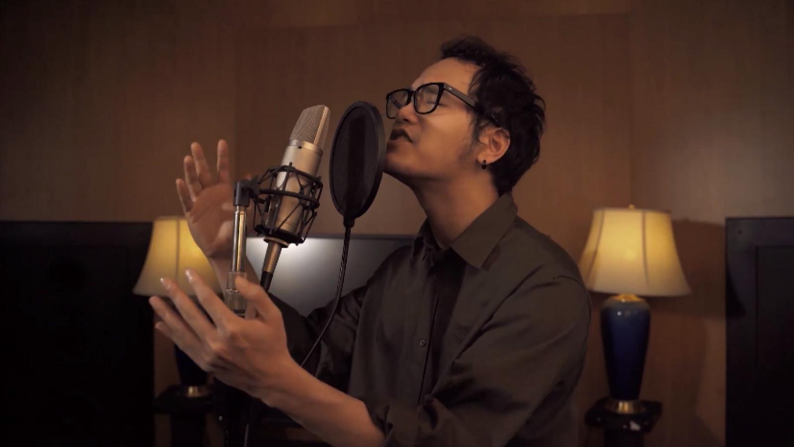 """Khắc Hưng hát bài """"Tự nguyện"""" cổ vũ tinh thần chống dịch khiến MC Phí Linh bật khóc"""
