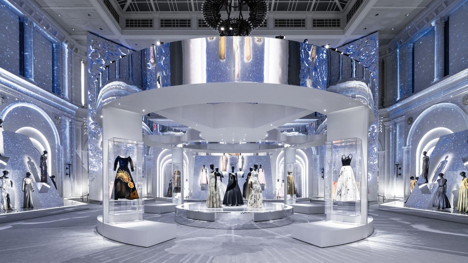 """Bên trong triển lãm """"Christian Dior: Nhà thiết kế của những giấc mơ"""""""