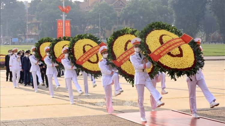 Party, State leaders pay tribute to late President Ho Chi Minh