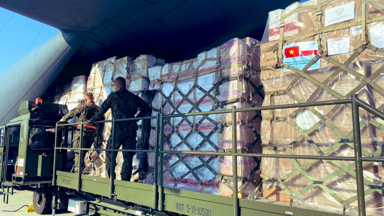 Vietnam receives 8 tonnes of COVID-19 medical equipment from Poland