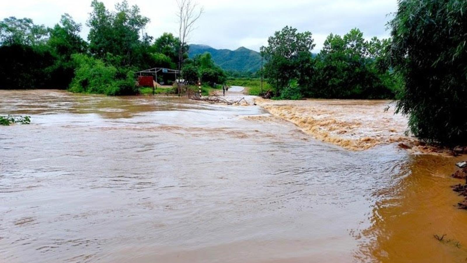 Mưa xối xả, quốc lộ 1A qua địa bàn Nghệ An bị chia cắt