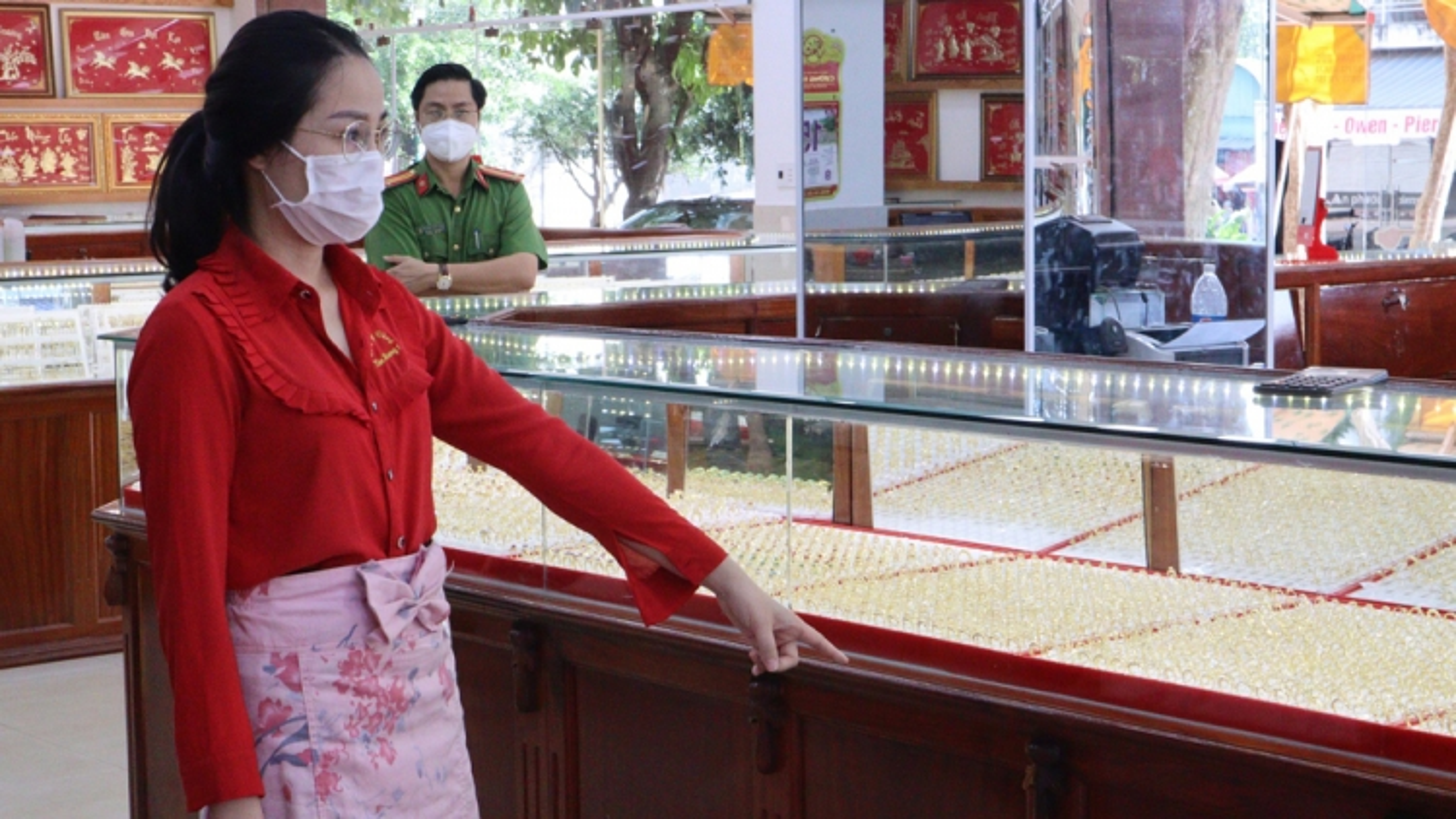 Nữ nhân viên lấy trộm hàng ngàn nhẫn vàng ở Bình Phước bị khởi tố