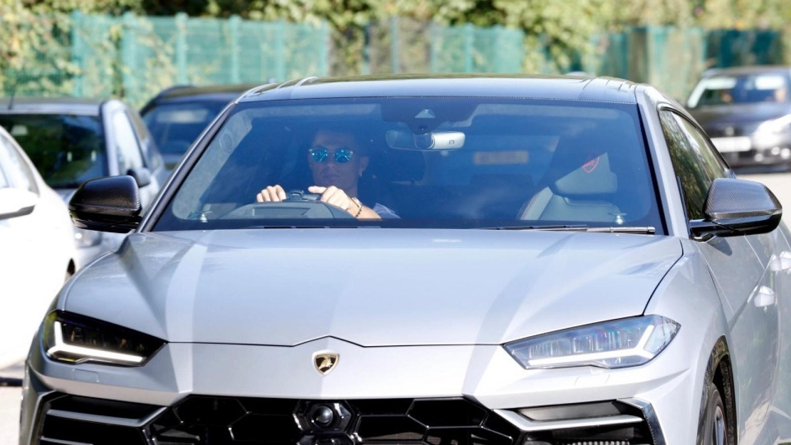 Ronaldo lái Lamborghini Urus dạo phố Manchester