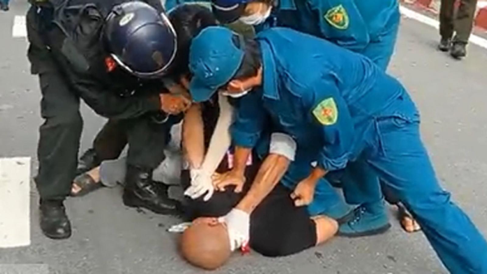 Nóng 24h: Thanh niên vượt chốt kiểm soát, dọa giết CSCĐ ở Bình Dương