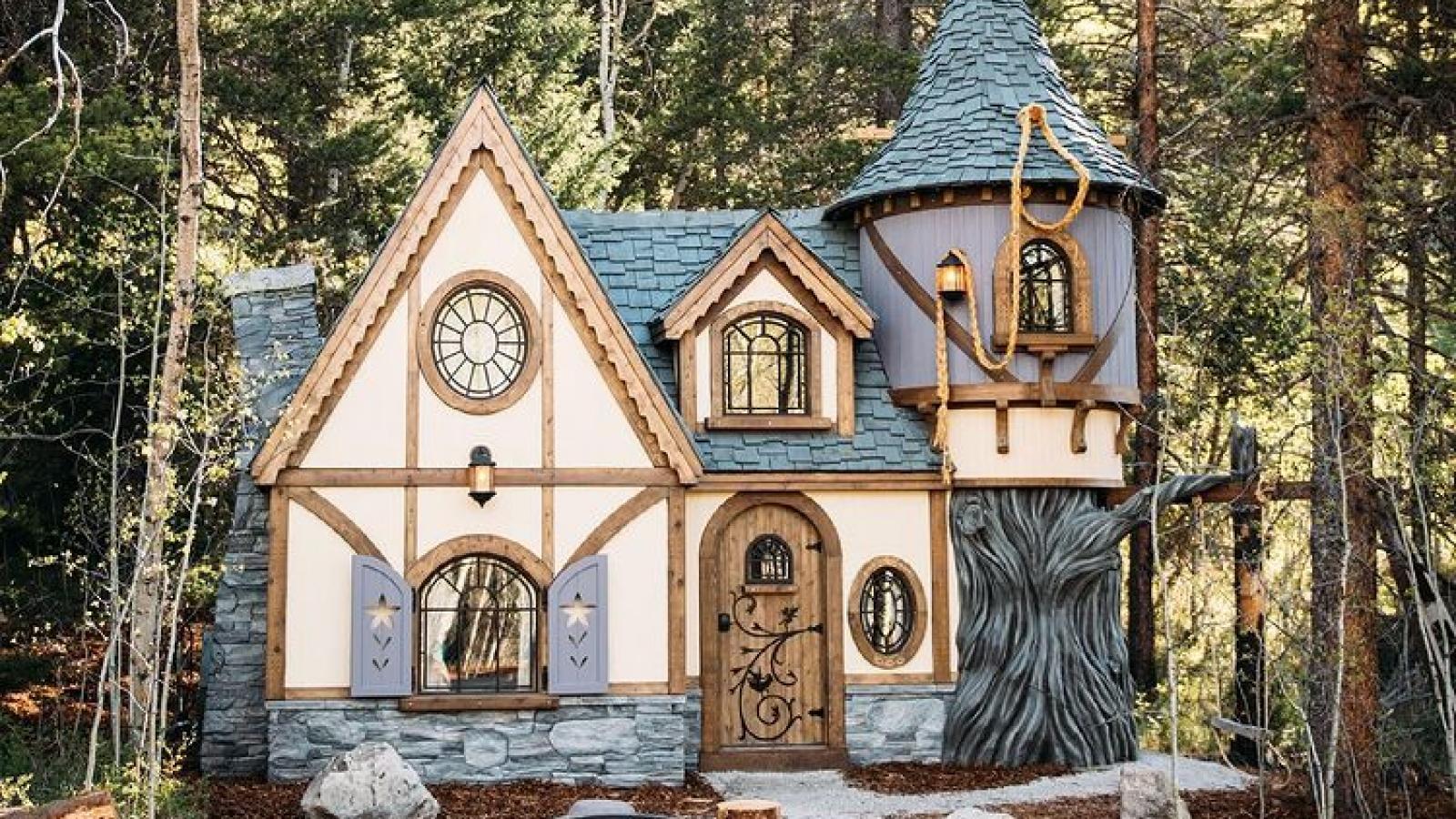 Ngôi nhà nhỏ đẹp như cổ tích nằm sâu trong khu rừng