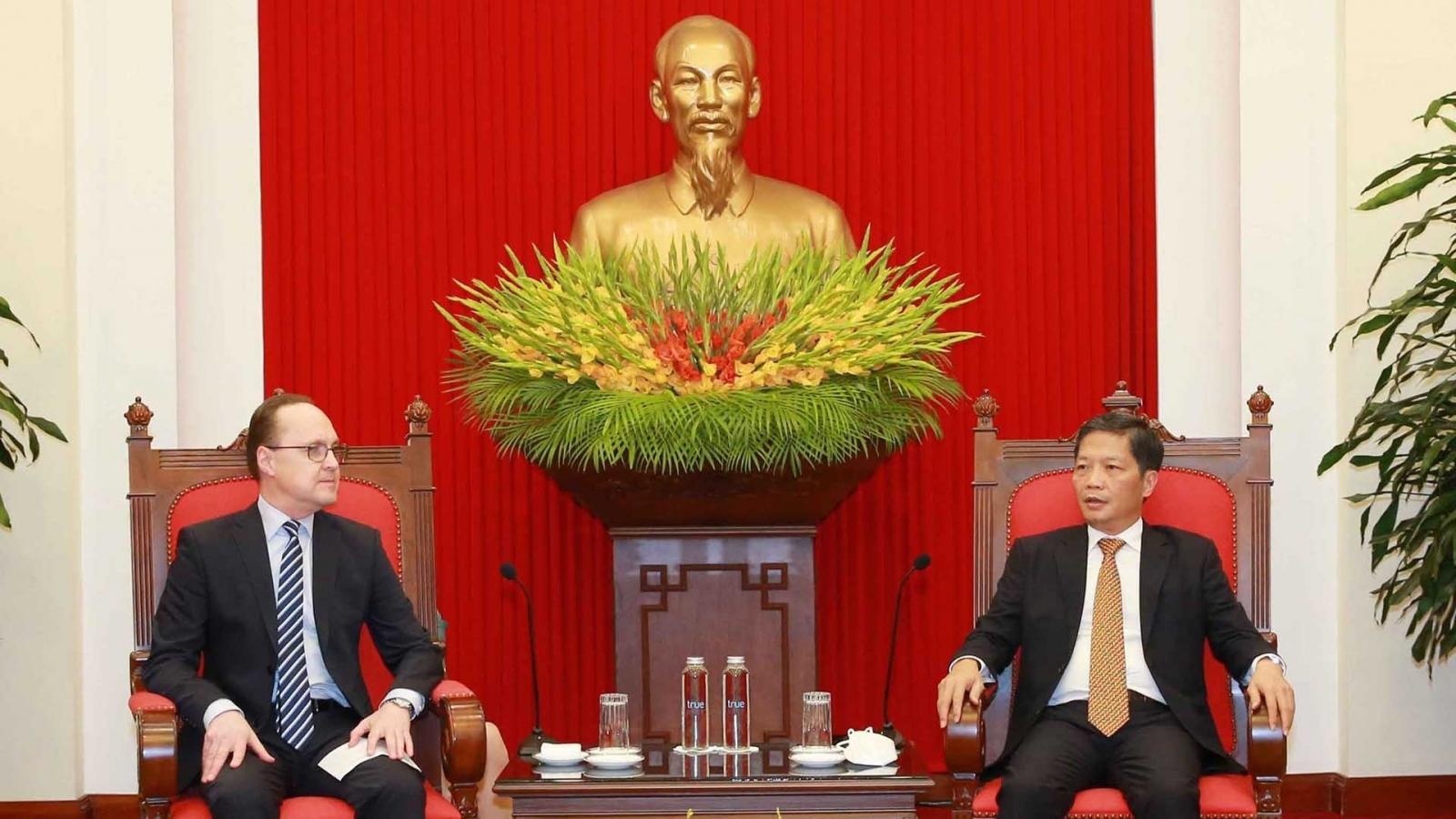 Trưởng Ban Kinh tế Trung ương Trần Tuấn Anh tiếp các Đại sứ Nga và Australia tại Việt Nam