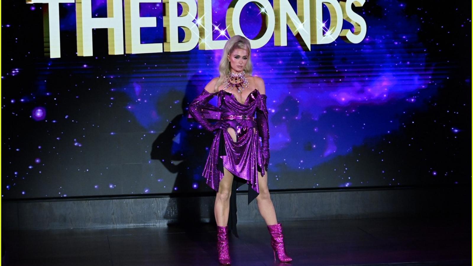 Paris Hilton diện đầm tím gợi cảm trên sàn catwalk