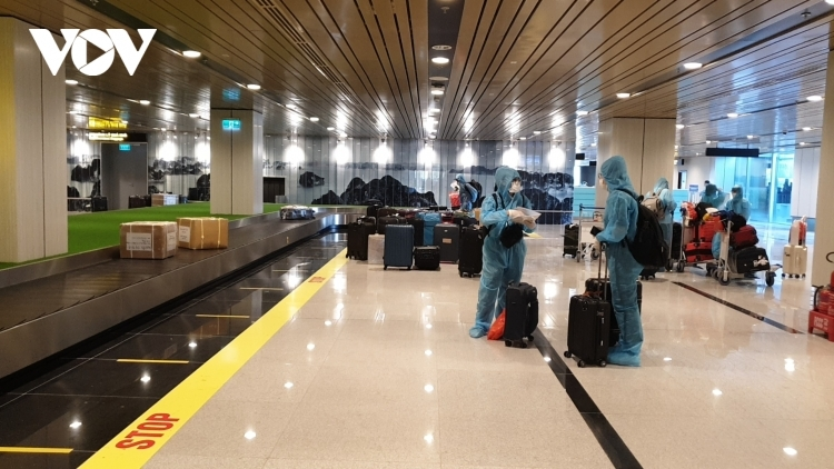 First air passengers with vaccine passport arrive in Vietnam from Japan