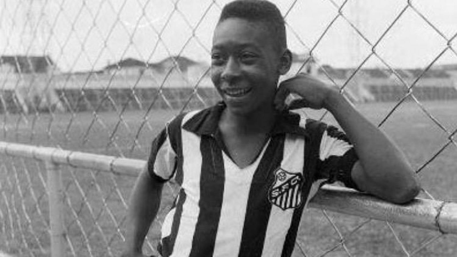 """Ngày này năm xưa: """"Vua bóng đá"""" Pele bắt đầu thi đấu chuyên nghiệp"""