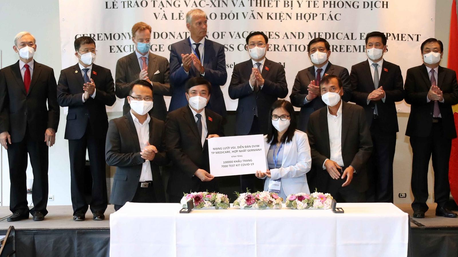 Chủ tịch Quốc hội dự Lễ Trao tặng vaccine, vật tư thiết bị y tế phòng, chống dịch Covid-19