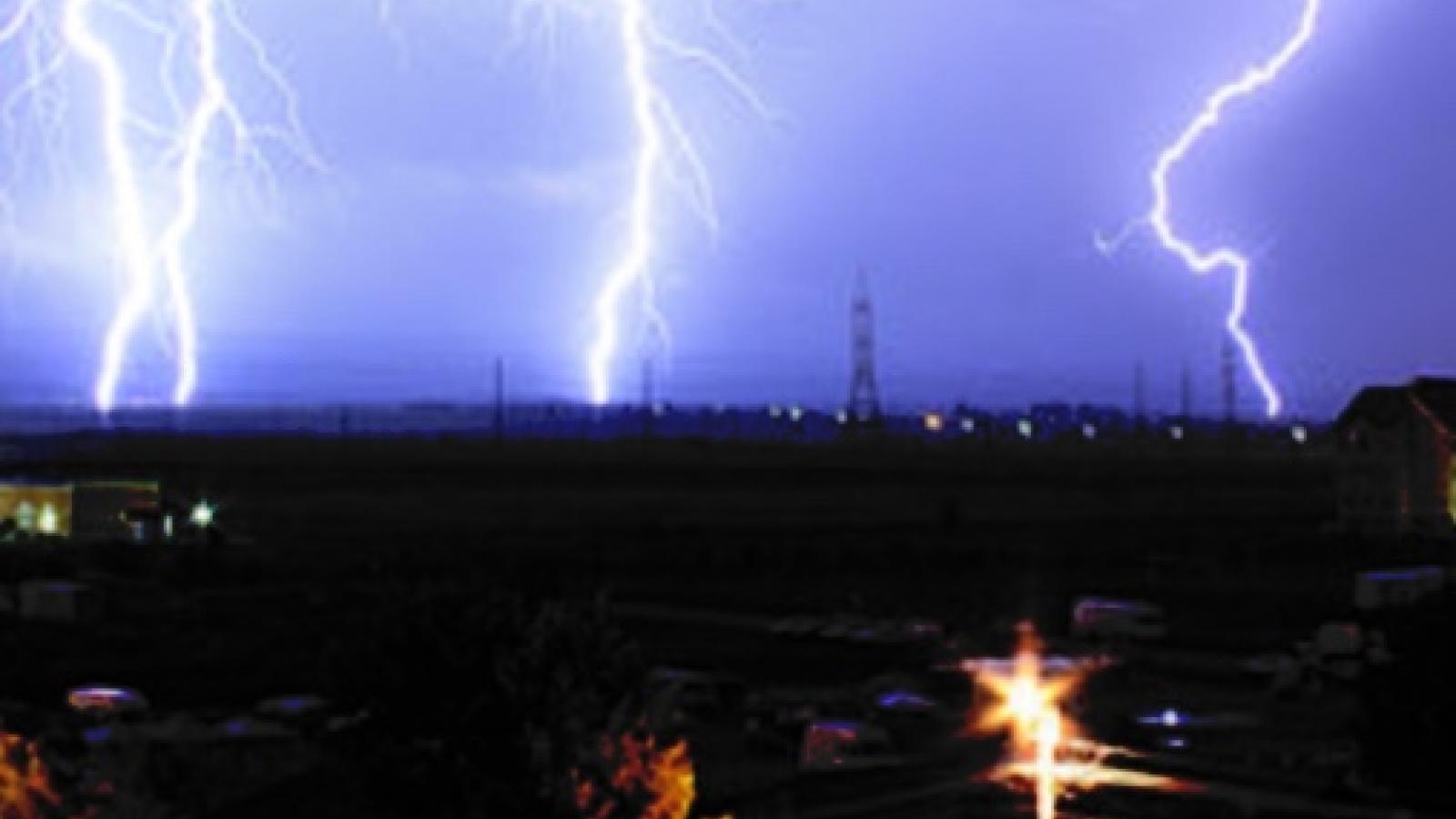 Sấm sét liên hồi kèm mưa giông làm nhiều khu vực ở Quảng Trị bị ngắt điện