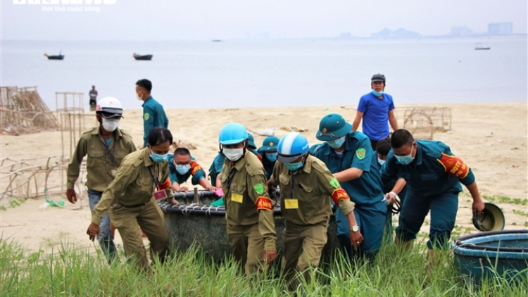 Locals in central Vietnam rush to cope with upcoming typhoon