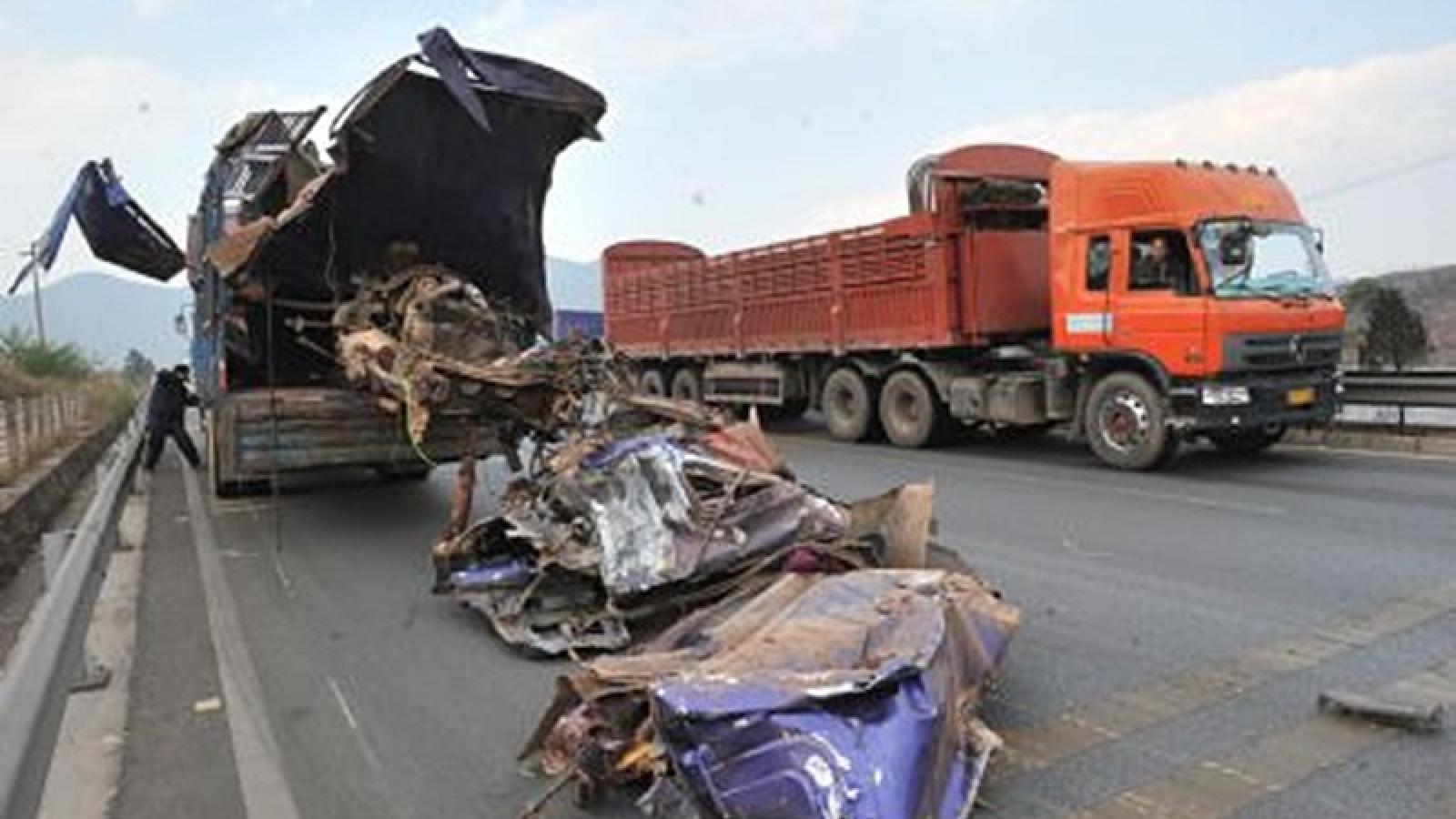 Tai nạn xe công nông và xe đầu kéo cùng chiều ở Trung Quốc khiến 15 người chết