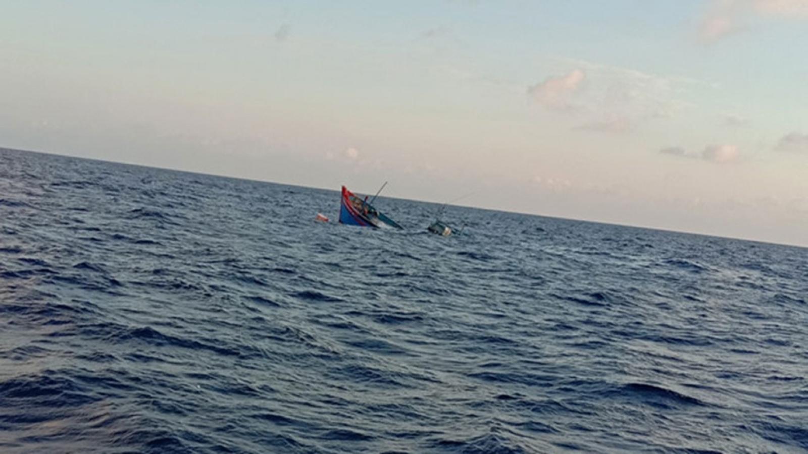 6 ngư dân quyết định bỏ tàu, thoát chết trong gang tấc