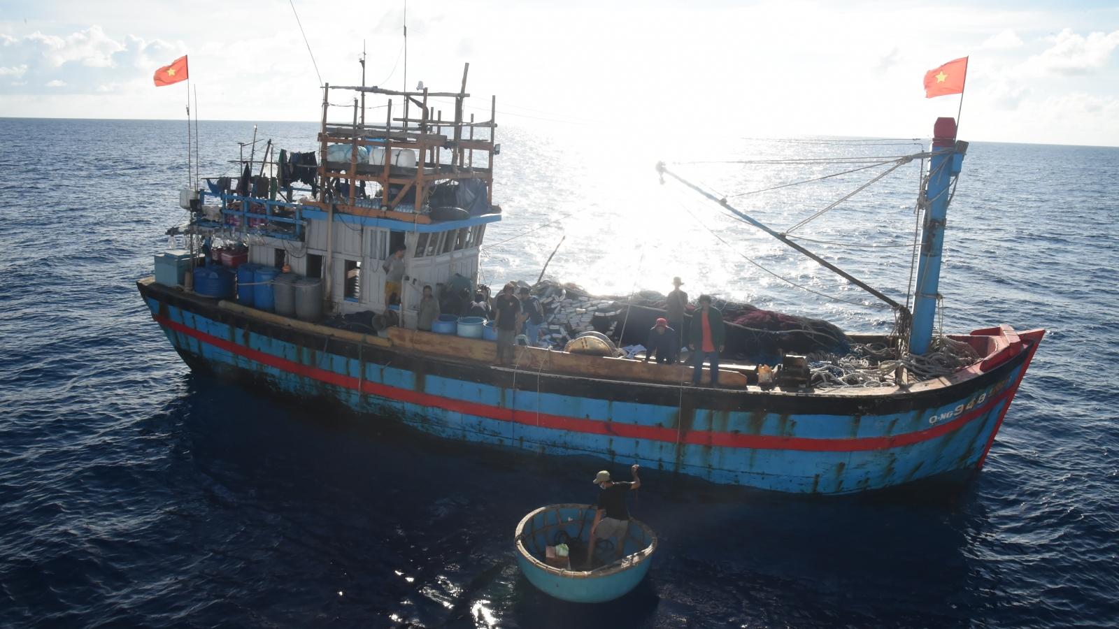 Tàu KN462 hỗ trợ lương thực, thuốc men cho tàu cá QNg 94858 TS