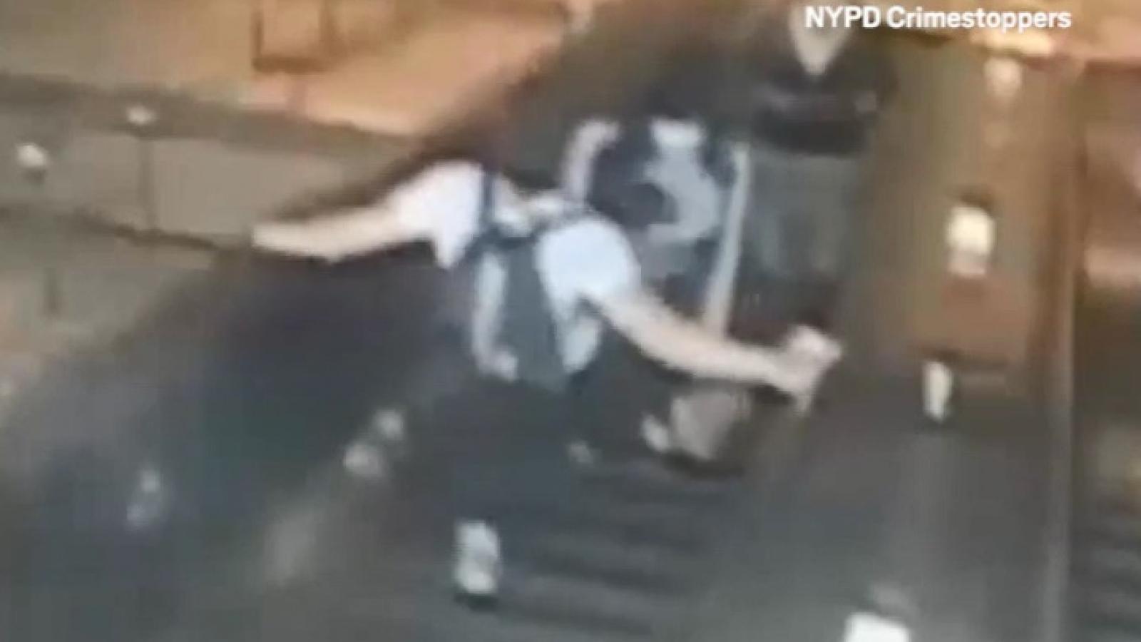 Cảnh sát Mỹ truy tìm thanh niên đá thẳng vào ngực phụ nữ trẻ trên cầu thang cuốn