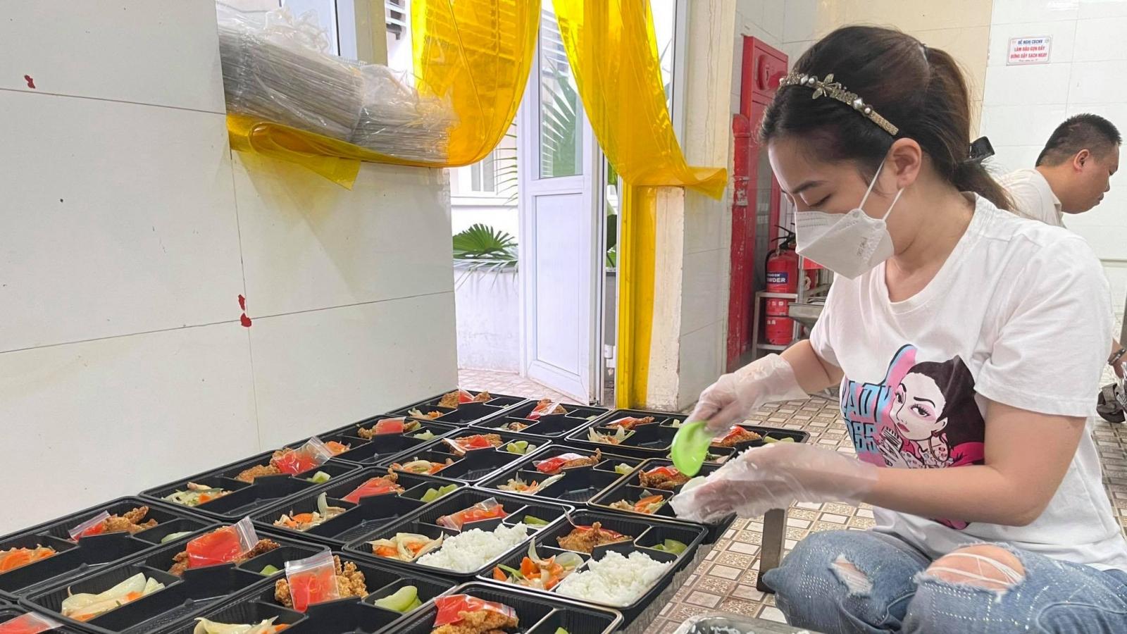 """""""Bếp đồng hành"""" sẻ chia với lực lượng tuyến đầu chống dịch ở Hà Nội"""