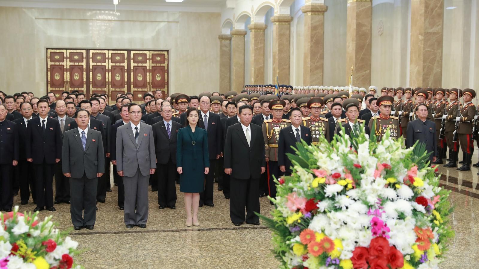 Lãnh đạo Triều Tiên Kim Jong-un viếng các cố lãnh đạo nhân Quốc khánh