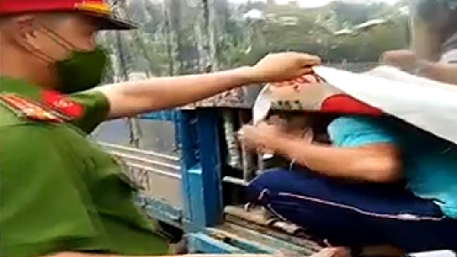 """7 người trốn trong thùng xe tải để """"thông chốt"""""""