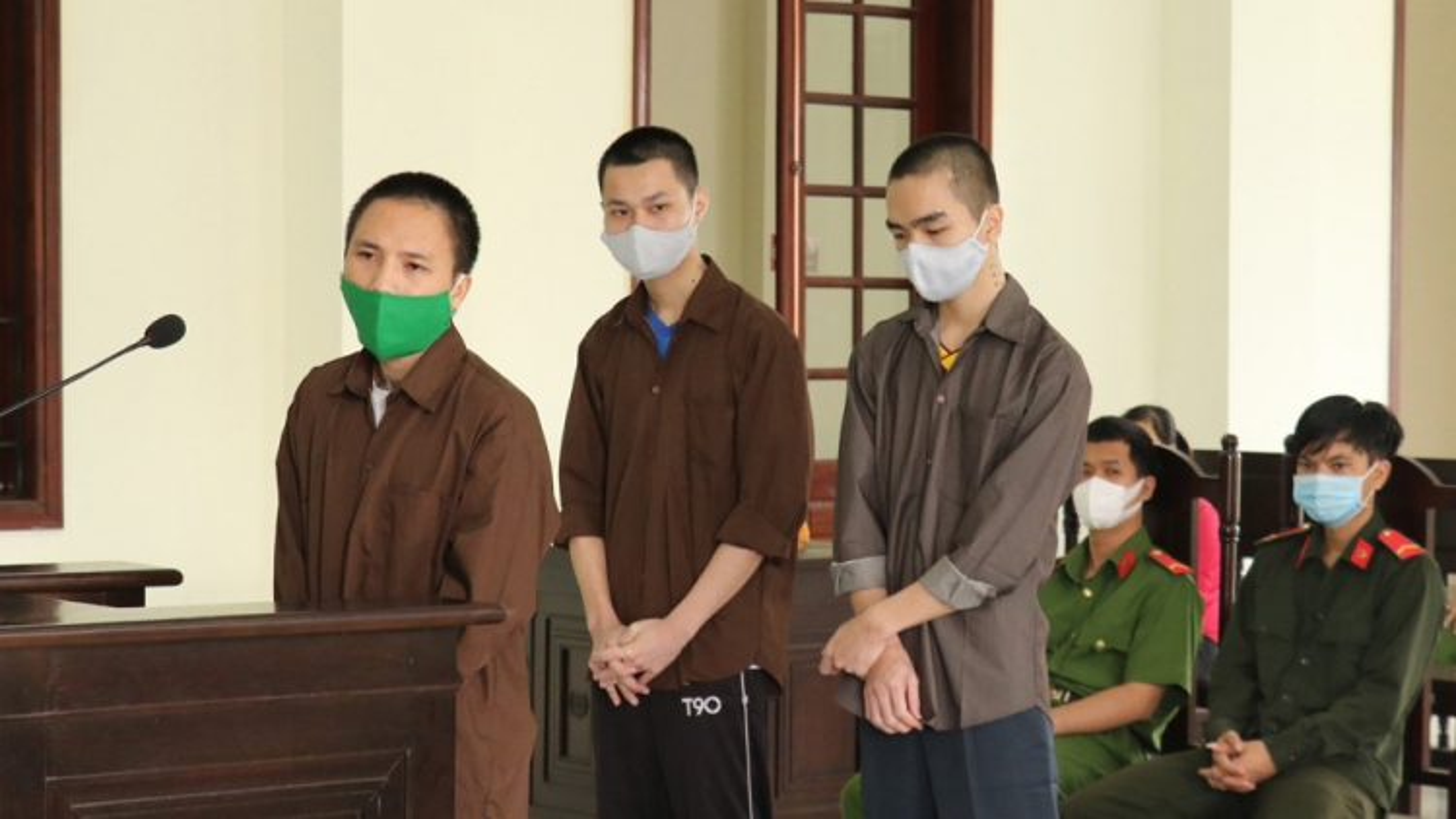 Ba thanh niên bị tuyên phạt 32 năm tù vì khống chế bạn nhậu cướp 2 tỷ đồng