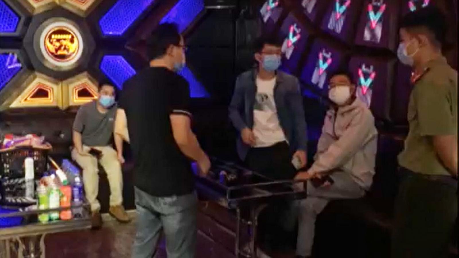 4 người nước ngoài tụ tập hát karaoke vi phạm quy định phòng dịch