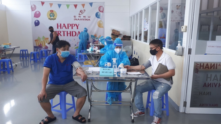 HCM City workers get second dose against COVID-19