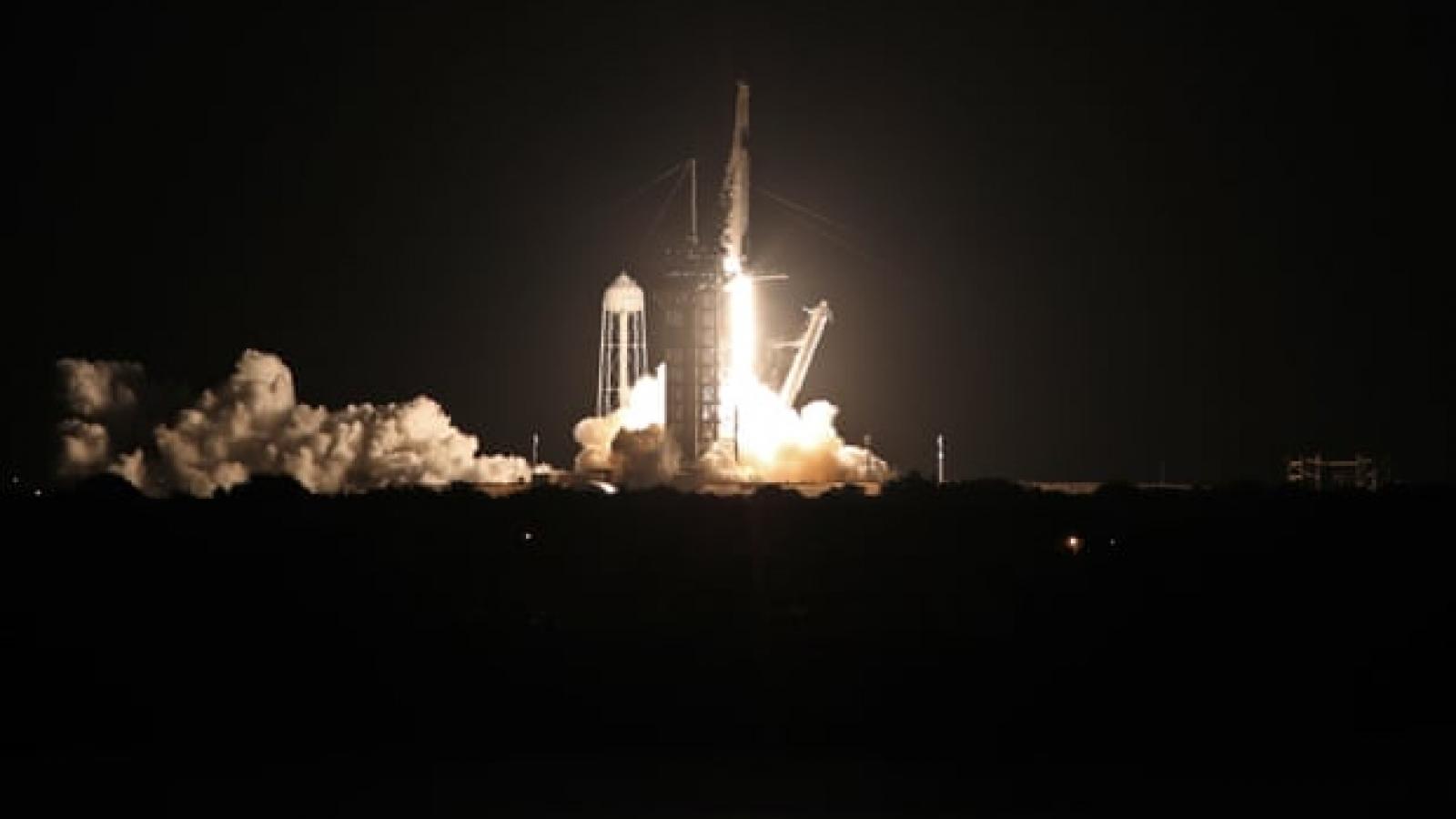 """Tàu vũ trụ của SpaceX lần đầu tiên đưa các """"phi hành gia nghiệp dư"""" vào không gian"""