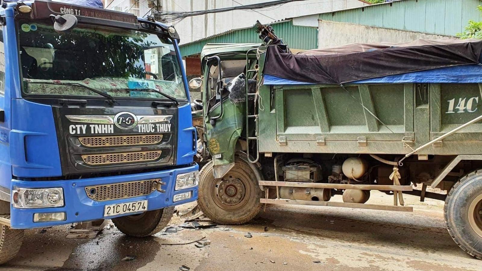 Hai xe tải đâm nhau, một lái xe bị thương nặng